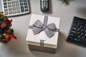pomysł na prezent dla kierownika - pudełko położone na biurku