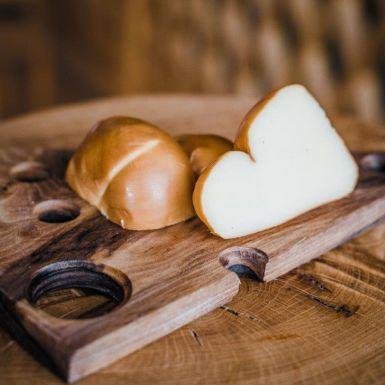 Bavarella Scamorza to włoski ser delikatnie wędzony. W smaku przypomina wędzoną mozzarellę.