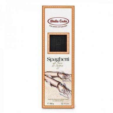 Czarne spagetti barwione jest naturalnym atramentem z mątwy