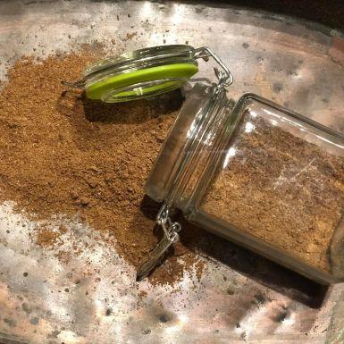 Przyprawa korzenna w szklanym słoiku ze sprężyną