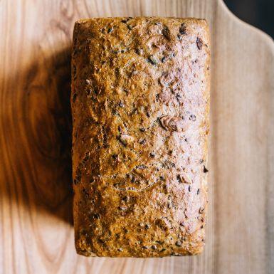 Chleb jasny z czosnkiem, szałwią i ziarnami