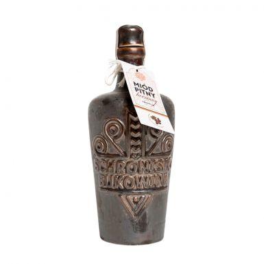 Trójniak korzenny wlany jest do wypalanej, kamionkowej butelki