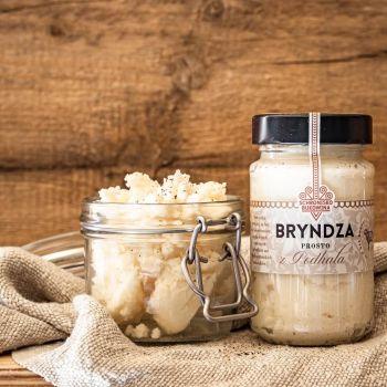 Bryndza owczo-krowia zrobiona jest w połowie z mleka owczego i w połowie z mleka krowiego