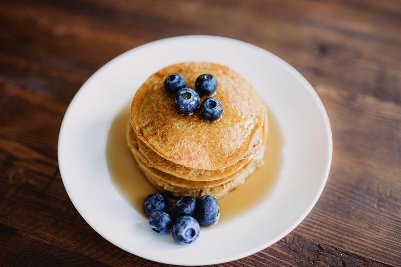 śniadaniowe pancakes z miodem i borówkami