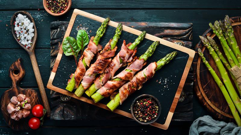 boczek-na-grilla-szparagi