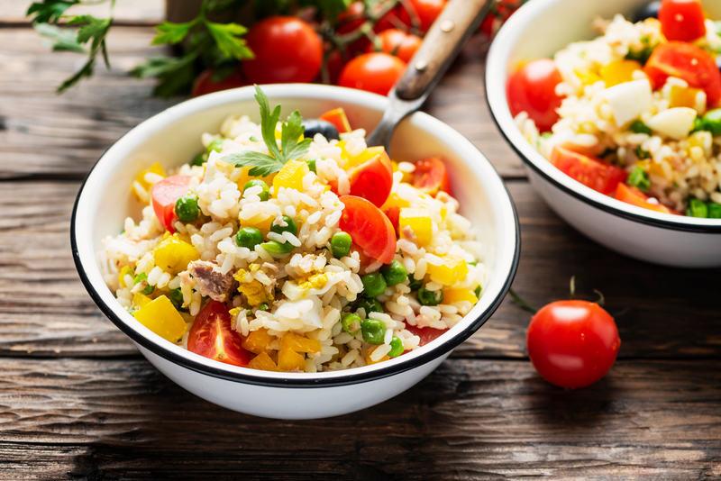 kolacja-z-ryzem-salatka