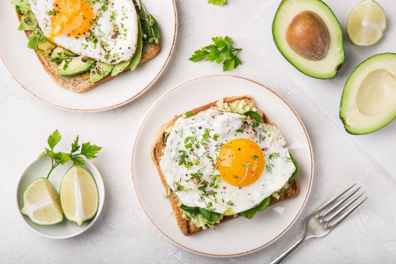na śniadanie warto zjeść tosty z awokado