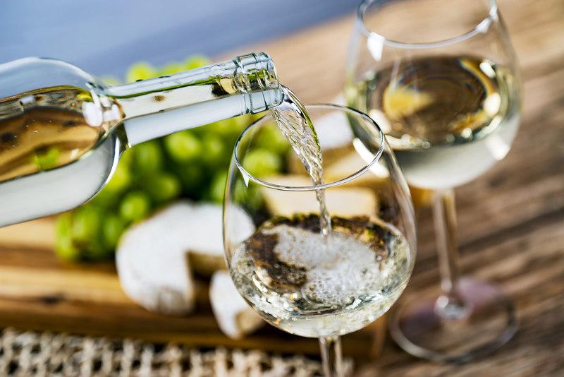 nalewanie-bialego-wina