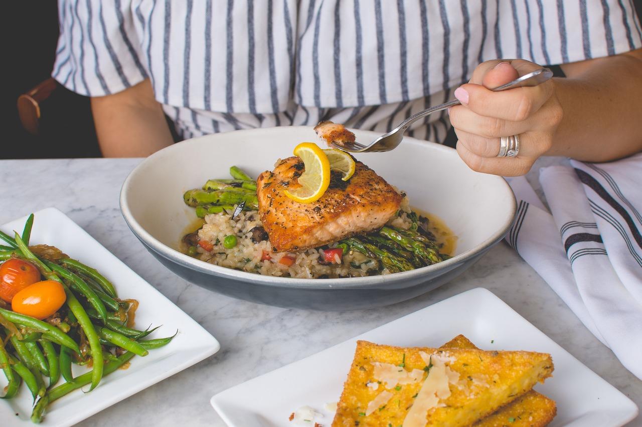 obiad z ryżem - risotto z łososiem i szparagami