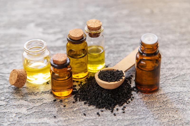 olej-z-czarnuszki-fiolki