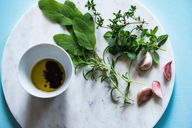 oliwa z oliwek - właściwości podkreślają zioła