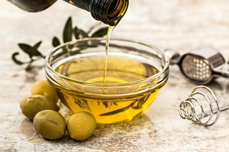 oliwa z oliwek w misce