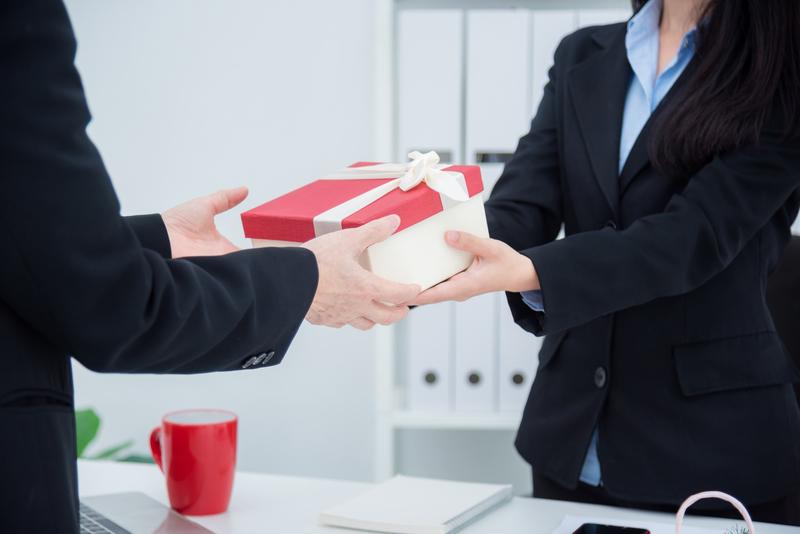 wreczanie-prezentu-dla-obcokrajowca