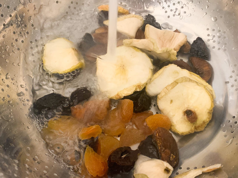 przelewanie-woda-suszonych-owocow-na-kompot