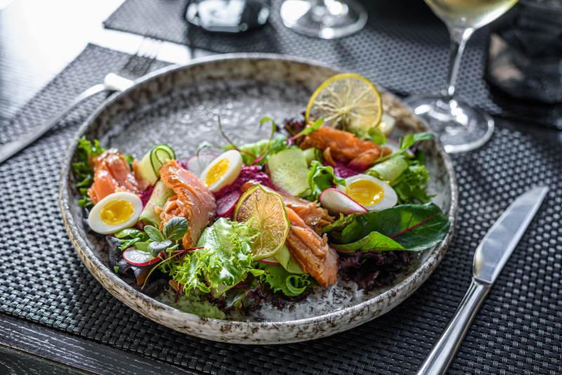 salatka-z-wedzonym-pstragiem