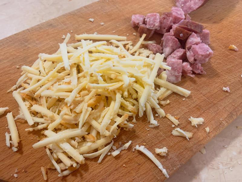 starty ser wędzony z gór i posiekana kiełbasa myśliwska z dzika