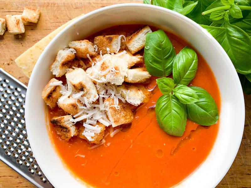 udekorowana-zupa-krem-z-pomidorow