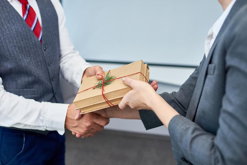 wręczanie prezentu pracownikowi